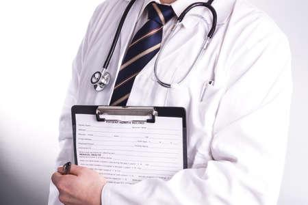 approfondi: M�decin de sexe masculin remplit le formulaire d'inscription du patient avant l'admission et l'examen. Le m�decin est approfondie � remplir correctement afin que le patient re�oit le traitement optimal pendant son interrogatoire et la maladie