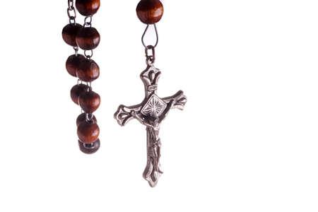 Holz-Rosenkranz und Kreuz hängen. Isoliert auf Weiß Standard-Bild - 40245579