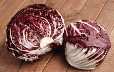lechuga: Fresh orgánico radicchio lechuga, listo para comer y cocinar