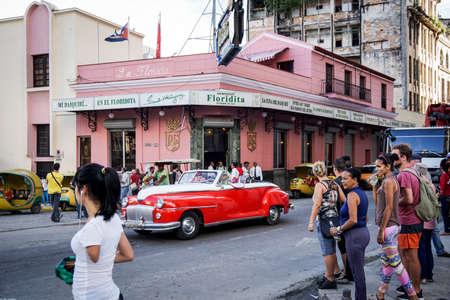 HAVANA - 5. Januar 2016: das Äußere des El Floridita Restaurant und eine Bar in Havanna, Kuba Das Floridita ist eine berühmte historische Bar in Havanna, bekannt für Hemingway und Daiquiris. Straßenansicht mit alten Autos und Menschen in den Straßen walkning Standard-Bild - 52388506