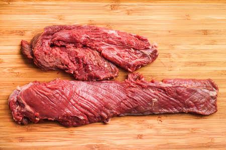 Opknoping tender, Hanger steak, onglet - nadat het vlees is getrimd door de slager Stockfoto