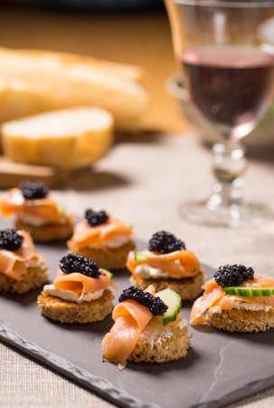 salmon ahumado: Fumado aperitivo de salmón con queso crema y caviar