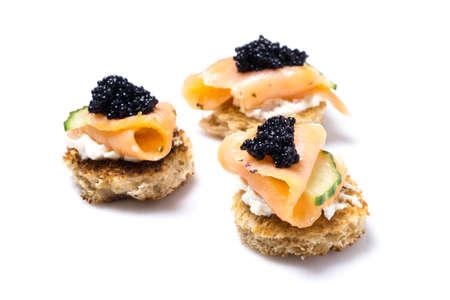 Fumé Apéritif de saumon au fromage à la crème et caviar isolé sur blanc Banque d'images