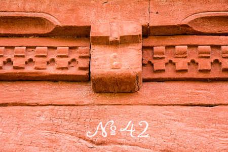 빨간색 페인트 벽돌 벽에 번호 42 스톡 콘텐츠