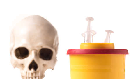 medical waste container with used syringe and skull isolated on white background Foto de archivo