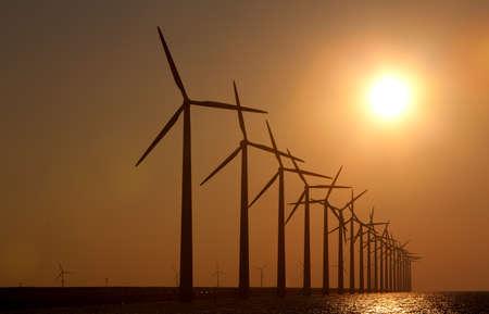 Silhouette de moulins � vent avec un coucher de soleil