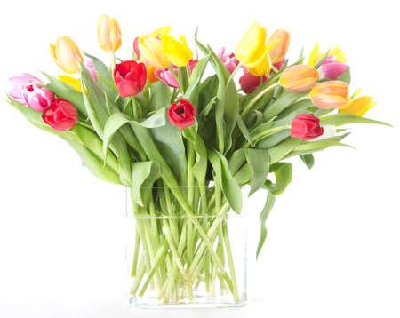 Vase rempli de tulipes isol� sur fond blanc Banque d'images