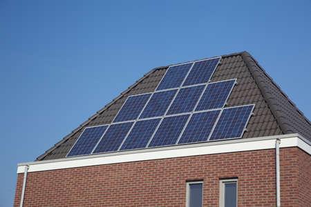 Gros plan sur familyhomes avec panneaux solaires