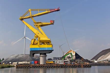 Handling of bulk cargo in port photo