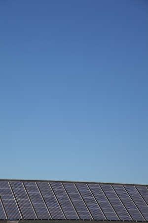 vue abstraite de panneaux solaires avec un ciel bleu clair Banque d'images