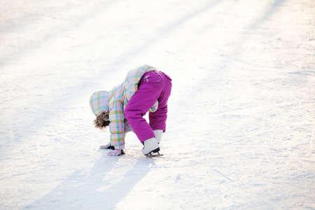 Little child learning how to ice skate Banco de Imagens - 48923451
