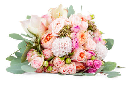 흰색 배경에 고립 된 꽃의 아름 다운 꽃다발