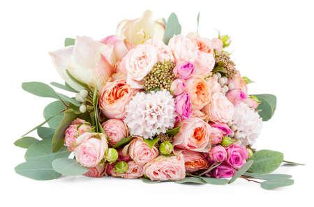 arreglo floral: Hermoso ramo de flores aisladas sobre fondo blanco