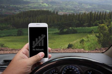 """""""Sin red"""" se muestra en el teléfono inteligente dentro de un automóvil Foto de archivo"""