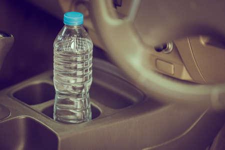 ボトル入り飲料水のイメージ コンセプトは、長い間、車に残っていた。それを飲むか。 写真素材