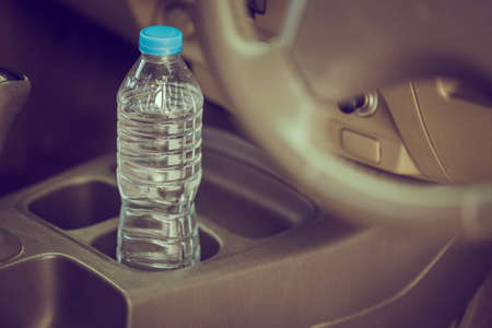 image concept Bottled water was left in the car for a long time. To drink it? Stockfoto
