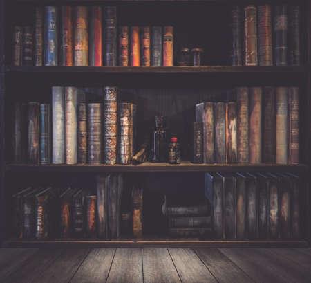 wazig Image Veel oude boeken over boekenplank in de bibliotheek