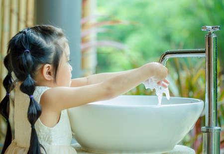 Asian Child Washing Hands Standard-Bild