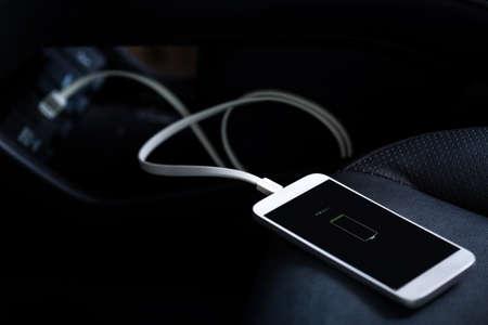 Chargeur branchez le téléphone portable sur la voiture
