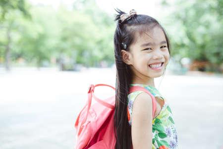 niños saliendo de la escuela: Feliz, asiático, niña, llegar, escuela, hogar, mochila Foto de archivo