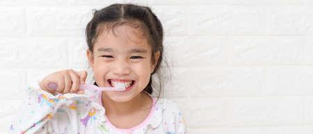 Little asian cute girl brush teeth Archivio Fotografico