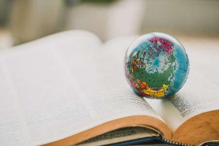 Weltkugel auf Buch. Bildungsschule Konzept