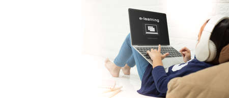niño asiático niño asiático usando laptop con inscripción en pantalla e-learning. Educación en línea, e-learning. Foto de archivo