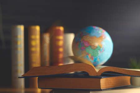 Globo del mondo sul libro. scuola di educazione Concept