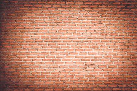 leerer Raum mit roter Backsteinmauer und Holzboden