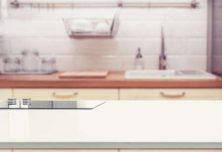 Piano d'appoggio di legno sulla sfuocatura dello sfondo della stanza della cucina. può essere utilizzato per visualizzare o montare i tuoi prodotti Archivio Fotografico