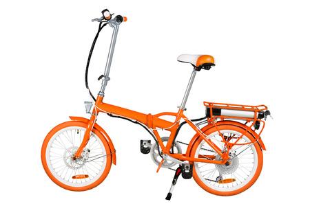 Oranje opvouwbare elektrische fiets die op een witte achtergrond met een volledige knippen weg