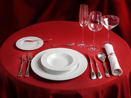 manteles: mesa de rojo con el conjunto de la cena. Configuraci�n del vector de banquete profesional Foto de archivo