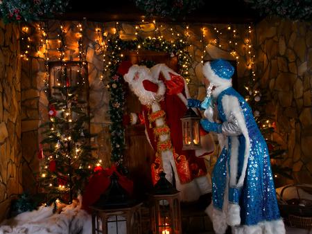 tocar la puerta: Escena de la Navidad rusa con actores disfrazados llamar a la puerta