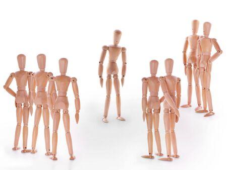 bulling: Escena con el grupo de maniquíes, grupo de personajes de pie en torno a uno. Concepto de acusación de culpabilidad persona, bulling o marginado en el equipo. En el fondo blanco