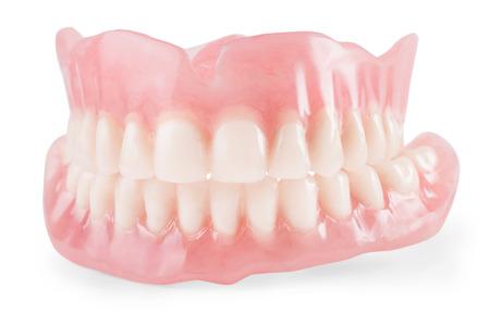 Dentes falsos de perto. Isolado no branco, traçado de recorte incluído