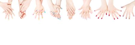 Manos de mujer con esmalte de uñas de color en la fila. Aislado en blanco