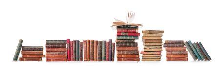 Lunga fila di libri antichi isolata su bianco, percorso di ritaglio incluso