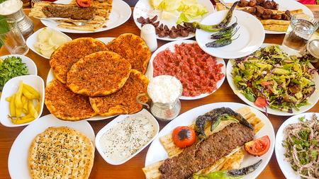 トルコの食品;グリルした肉、アダナ ケバブ、食文化。