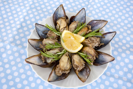 Turkishfoods; Turkish style stuffed mussels (midye dolma) 免版税图像