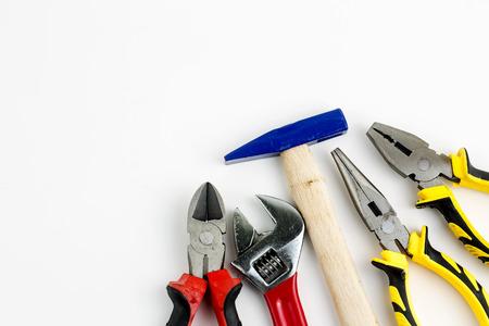 Zestaw narzędzi, wiele narzędzi na białym tle.