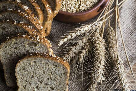 Frisches duftendes Brot auf dem Tisch. Lebensmittelkonzept
