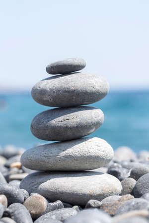 Tower of stones on sea beach background Archivio Fotografico