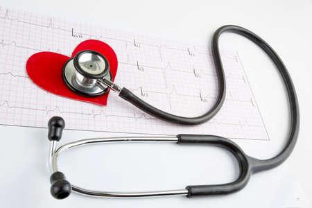 Stethoscope and red heart Heart Check.Concept healthcare. Foto de archivo
