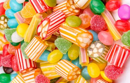 カラフルなロリポップと異なる色の丸いキャンディー。トップビュー。 写真素材