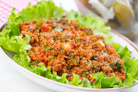 Traditional delicious Turkish foods: bulgur salad (kisir) 免版税图像