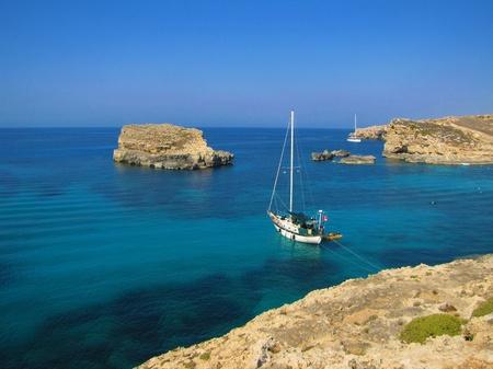 blue lagoon: Barca a vela in laguna blu