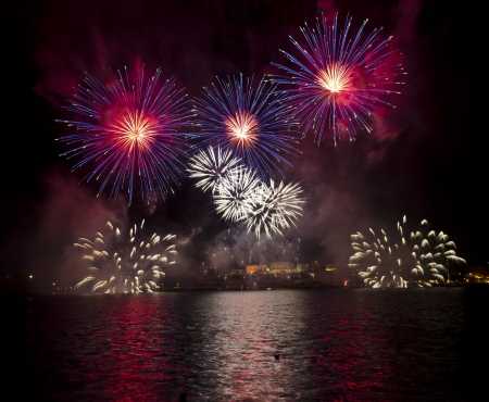 feu d artifice: Feux d'artifice sur le Grand Port de Malte - Banque d'images