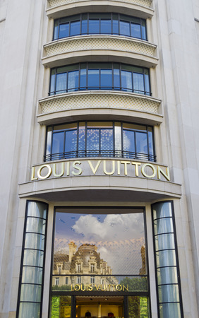 louis vuitton: Louis Vuitton outlet su Champs Elysees a Parigi - Francia Editoriali