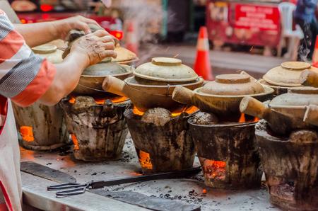 ollas de barro: Preparación de alimento de la calle con ollas de barro en Kuala Lumpur, Malasia Foto de archivo