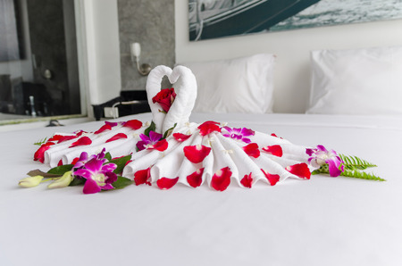 honeymoon suite: Honeymoon decoration with towels and rose petals